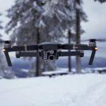 Dron volando en la nieve